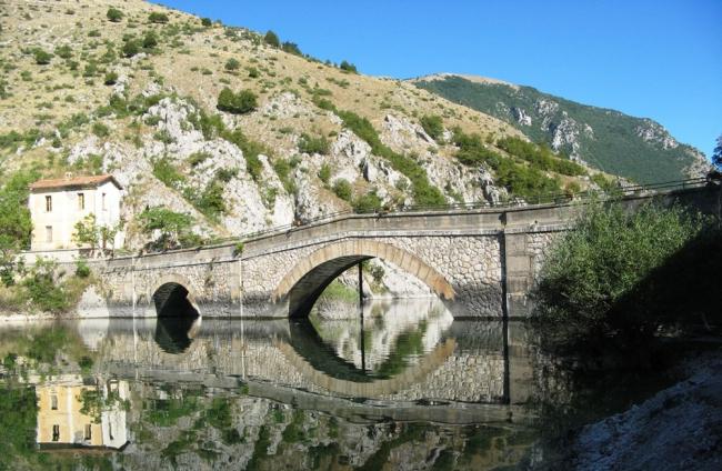 Riflessi-nel-Lago-di-Scanno